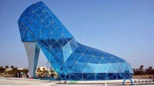 Una iglesia con forma de zapato de cristal