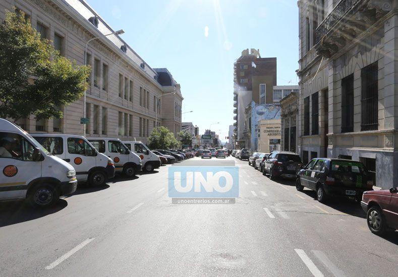 Los autos estacionados ocupan espacios muertos que pueden utilizar los peatones y darle otra vida al centro de la ciudad.