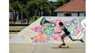 En las vacaciones los adolescentes aprovechan para andar en el skatepark de Paraná. Foto/UNO Mateo Oviedo.