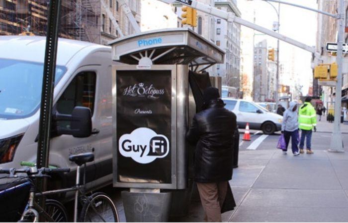 GuyFi es una cabina telefónica en desuso adaptada para que la persona que entre al lugar tenga la privacidad requerida.