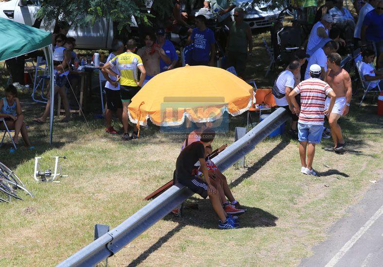 Fabricando sombra ayer en la carrera de ciclismo de Paraná. UNO/ Diego Arias.