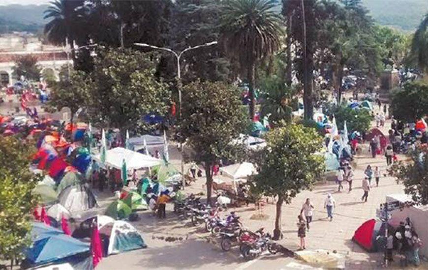 Jujuy: Organizaciones sociales liberan las calles pero permanecen en plaza Belgrano