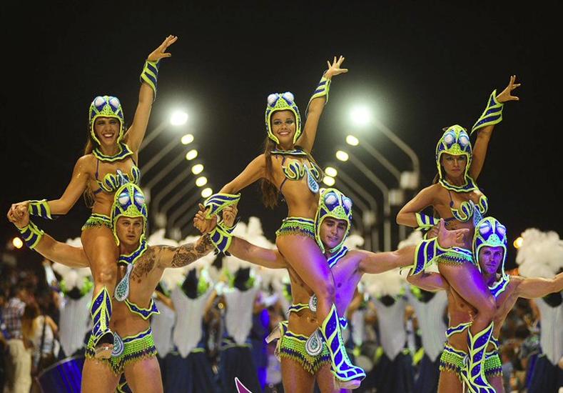 Unas 10 mil personas disfrutaron la segunda noche del Carnaval del País