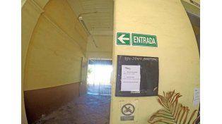 Los pasillos de la estación están vacíos.