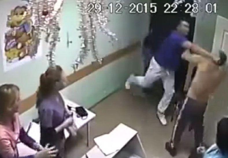 Un doctor golpea hasta la muerte a un paciente