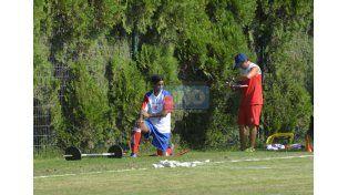 Llegó y se movió. Diego Ftacla trotó ayer alrededor del campo y luego sumó los primeros minutos de fútbol. (Foto UNO/Mateo Oviedo)