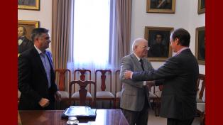 Audiencia. Caramagna y Bordet se saludan al inicio de la charla.