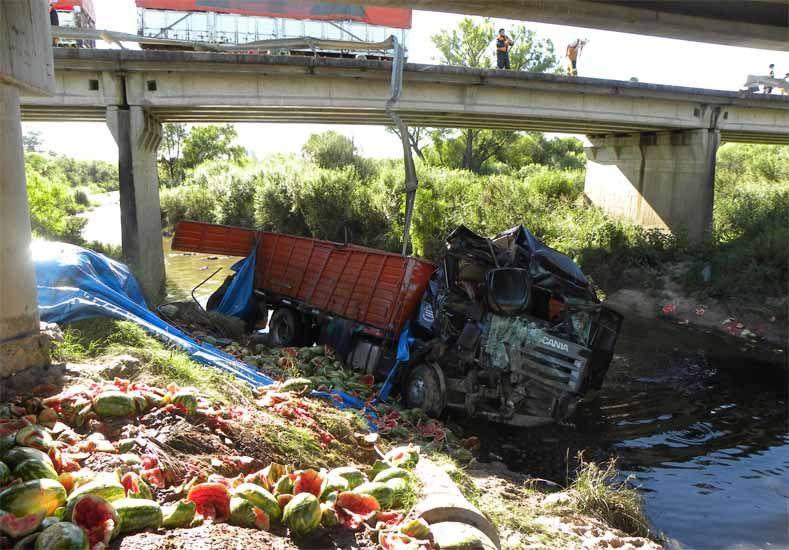 Camión cayó de un puente en la Autovía 14