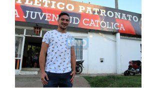 Damián Lemos firmó ayer su contrato con la entidad de barrio Villa Sarmiento.  (Foto UNO/Juan Ignacio Pereira)