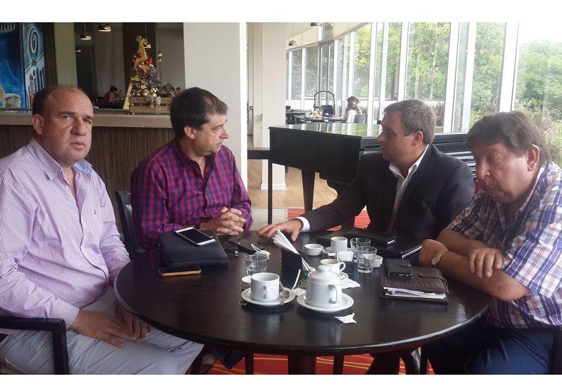 Reunión. Donda (de saco) con los legisladores de Cambiemos.
