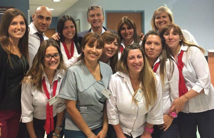 Personal de la clínica Favoloro se tomó fotos con el presidente Mauricio Macri. (Foto: NA)