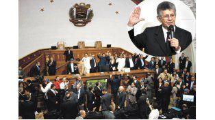 Histórico. Los diputados de la oposición celebran tras juramentar. Henry Ramos Allup preside el Parlamento de Venezuela.