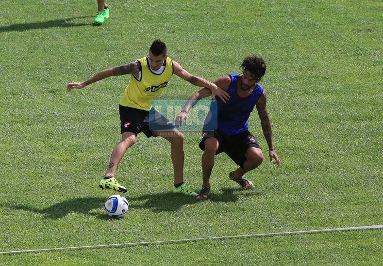 Jonathan Ferrari marca a Leonardo Acosta. (Foto UNO/Diego Arias)