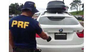 Detuvieron a argentinos en Brasil: usaban un sistema para ocultar la patente del auto