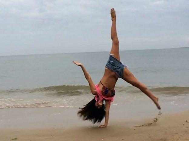 Una morocha hot suelta en las playas de Punta