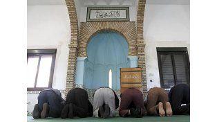 Un grupo de fieles musulmanes reza en su templo en una imagen de archivo
