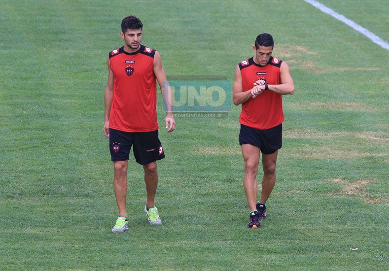 Carrasco (a la derecha) volvió a lucir los colores rojo y negro.  (Foto UNO/Diego Arias)