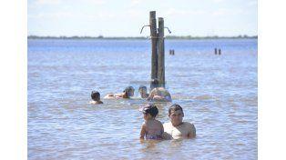 Imprudencia. Advierten que es peligroso ingresar al río. (Foto UNO/Mateo Oviedo)