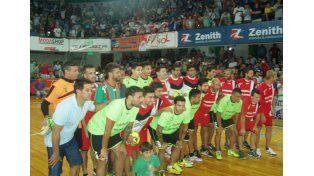 Las figuras presentes formaron antes del inicio del partido. Hubo un gran marco de público.