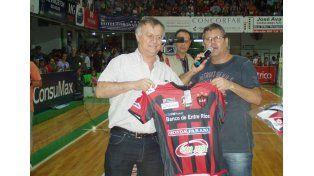 De Patronato. El presidente José Gómez aportó una camiseta del Rojinegro en el encuentro de anoche.