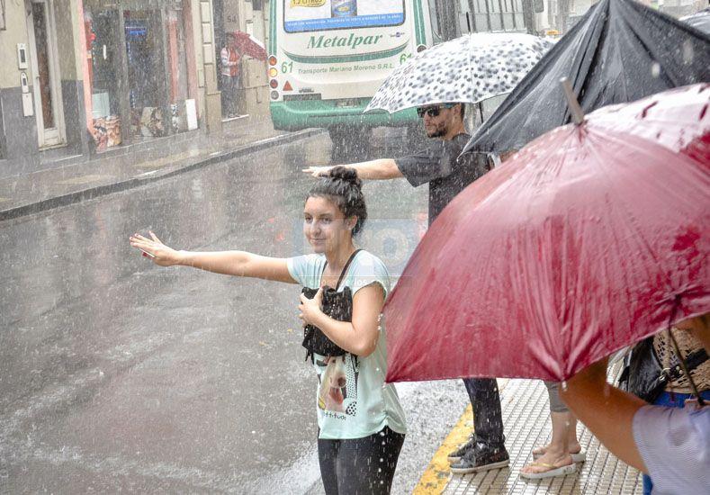 La lluvia de este miércoles en Paraná. (Foto: UNO/Mateo Oviedo)