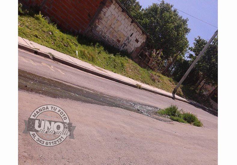 Desde hace tres años aguas servidas corren por la calle en barrio Anacleto Medina