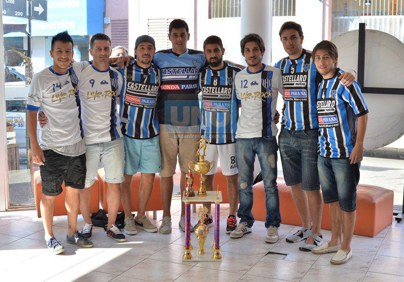 Los chicos de Peñarol muestran el trofeo en la Redacción de Diario UNO. (Foto UNO/Juan Manuel Hernández)