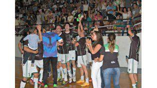 Los jugadores de Orové festejan el campeonato.