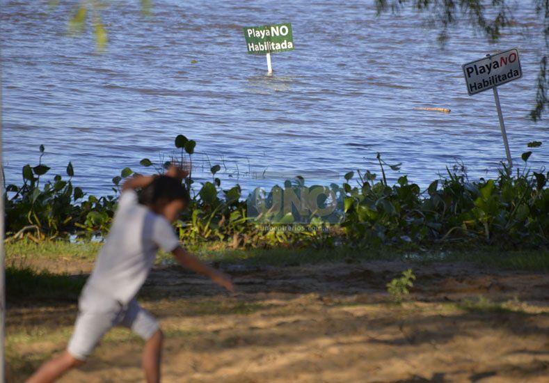 En aumento. El Balneario Municipal de Paraná ya tiene poca arena y el caudal del río crecerá.  Foto UNO/Mateo Oviedo