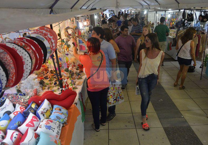 En las carpas. Hubo mucho público que se acercó el fin de semana a recorrer; sigue hasta el 24.  Foto UNO/Mateo Oviedo
