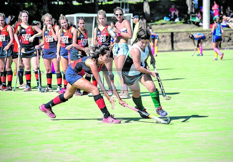 Mucha acción. En una cancha dividida en dos hubo partidos con todos los equipos que fueron parte del seven de hockey.   Foto UNO/Mateo Oviedo