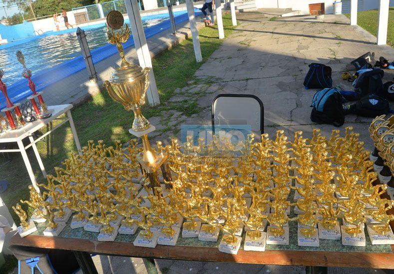 Los trofeos que se llevaron los chicos de Belgrano por lo realizado en el año deportivo.  Foto UNO/Juan Manuel Hernández