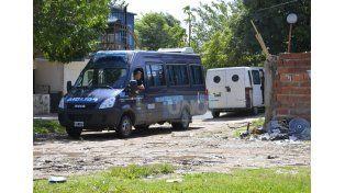 Despliegue. Una gran cantidad de efectivos copó el barrio dominado por narcos.  Foto UNO/Mateo Oviedo