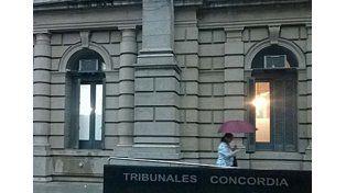 Lo citaron por una causa de violencia y terminó rompiendo un vidrio en la sala Tribunales