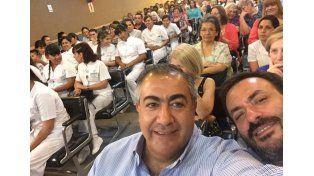 Daer en una selfie que se sacó en el acto de egresados de la escuela de enfermería de @AtsaBsAs.