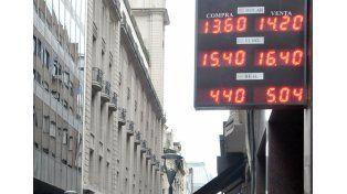 Durante la mañana la moneda extranjera fluctuó centavos. (Foto: Télam)