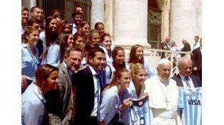 Albiceleste.  Florencia Mutio junto a Las Leonas en el Vaticano.