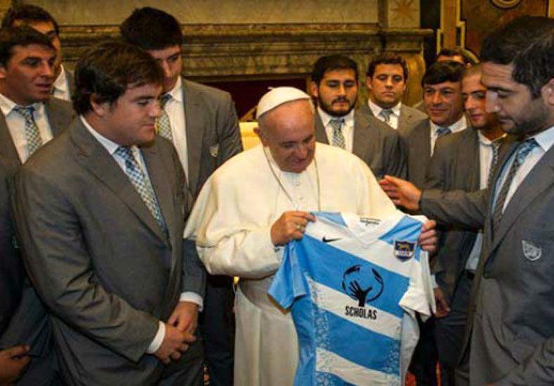 Con la camiseta puesta. Nahuel Lobo sigue con su vista el momento de la entrega de camiseta de Los Pumas.