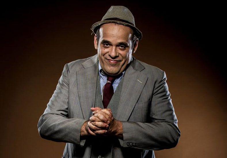 """""""Qué Nochón"""". Juan Penas conduce un """"imperdible"""" –e imaginario– programa de televisión."""