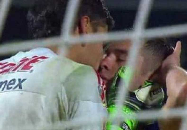 Guzmán besó a su compañero