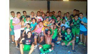 Los jugadores del Taladro festejaron la victoria con una foto en el final.  Foto Gentileza/laliga radiopuntocom