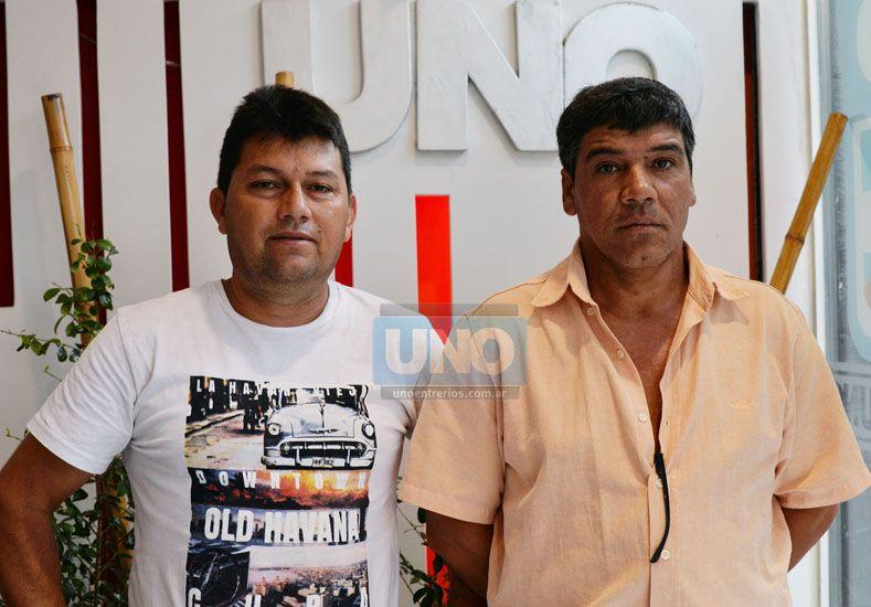 Obreros. Sebastián Núñez y Gustavo Espíndola hablaron de la realidad de la aceitera. Foto UNO/Juan Manuel Hernández