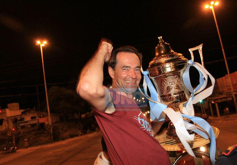 Anoche lo esperaron en el acceso de Paraná para brindarle un merecido reconocimiento. Foto UNO/Juan Ignacio Pereira