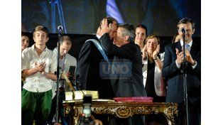 Continuidad.  El afectuoso abrazo de Urribarri y Bordet dice más que muchas palabras. (Foto UNO/Mateo Oviedo)