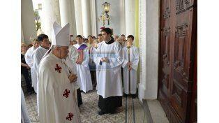Celebración. Los fieles atravesaron la puerta de la Catedral. (Foto UNO/Mateo Oviedo)