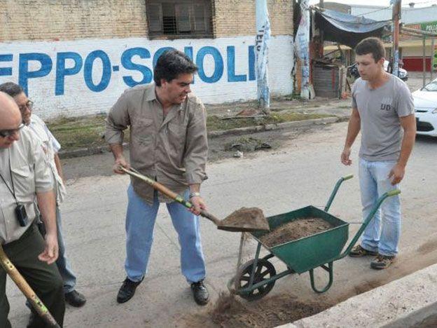 Con pala en mano, Capitanich arrancó su gestión en Resistencia limpiando calles