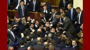 Impresionante pelea en el parlamento de Ucrania