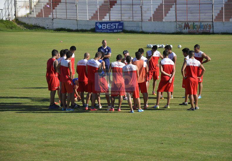Formaron parte del primer entrenamiento del plantel de Atlético Paraná en el estadio Pedro Mutio 35 jugadores. (Foto UNO/Mateo Oviedo)