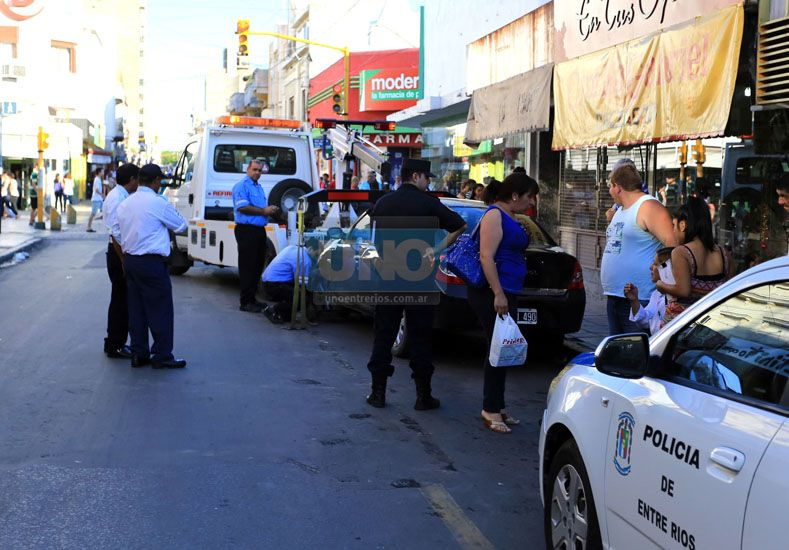 Operativo. El Renault Symbol fue trasladado al depósito municipal; Mariela Aloy fue socorrida por sus compañeros de trabajo.  (Foto UNO/Diego Arias)