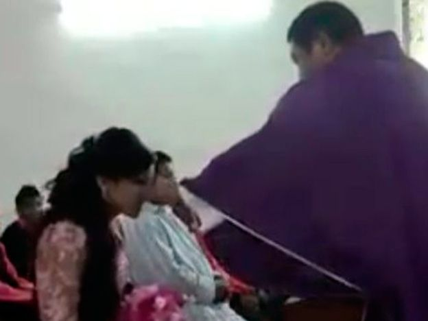 Video: sacerdote agrede y exhibe a una quinceañera